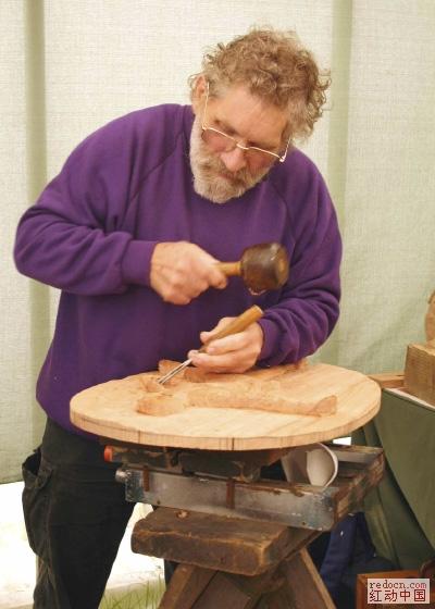 木制品上正在雕刻