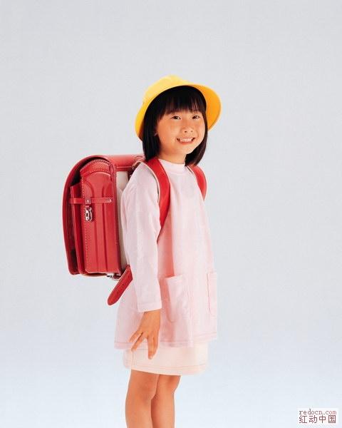 求一张小孩背书包的侧面素材图